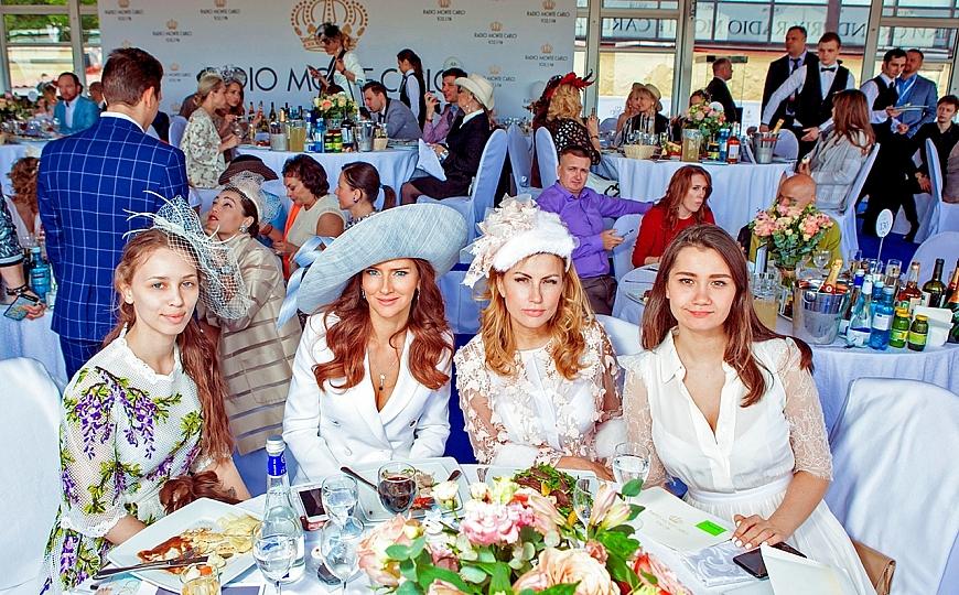 Изысканные шляпки на Московском ипподроме