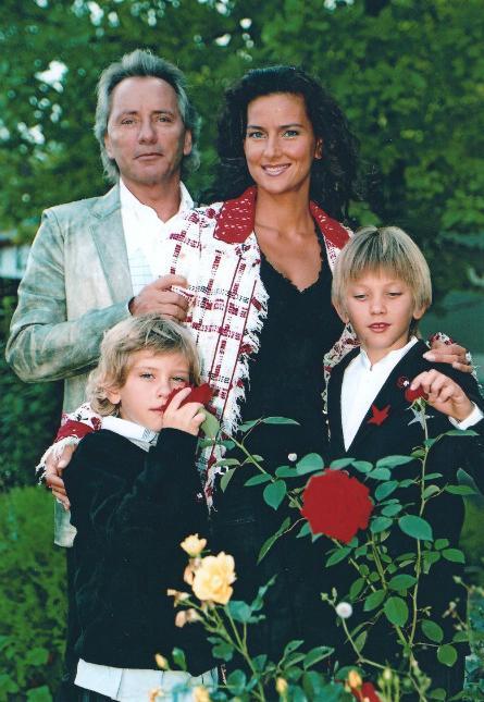 Елена Север с детьми и мужем Владимиром Киселевым