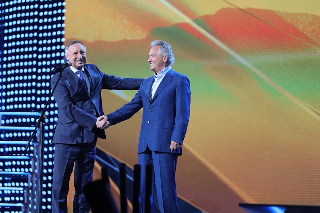 Временно исполняющий обязанности губернатора Санкт-Петербурга Александр Беглов  поздравляет Владимира Киселева